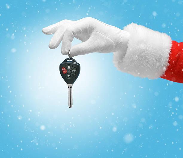hand im kostüm weihnachtsmann hält schlüssel - besondere geschenke stock-fotos und bilder