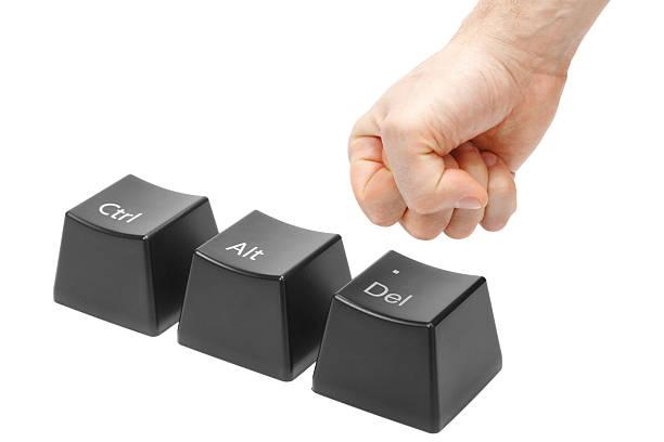 Mano en el puño Eliminar botón pulsador, llave de alt, ctrl - foto de stock