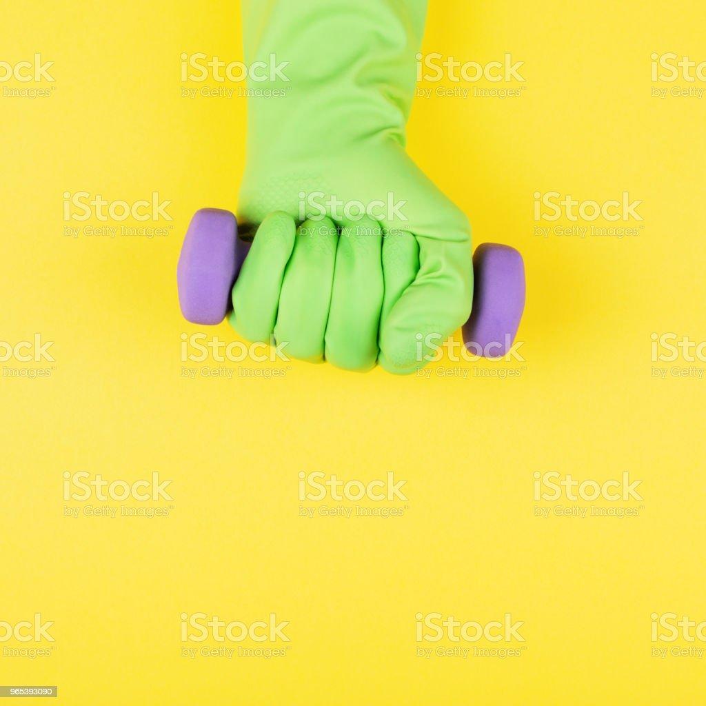 Main dans la main avec haltère sur jaune. - Photo de Affaires libre de droits