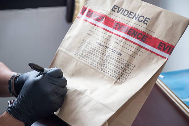 hand im handschuh schreiben auf nähte beweismitteltüte - tatort von menschen geschaffener raum stock-fotos und bilder