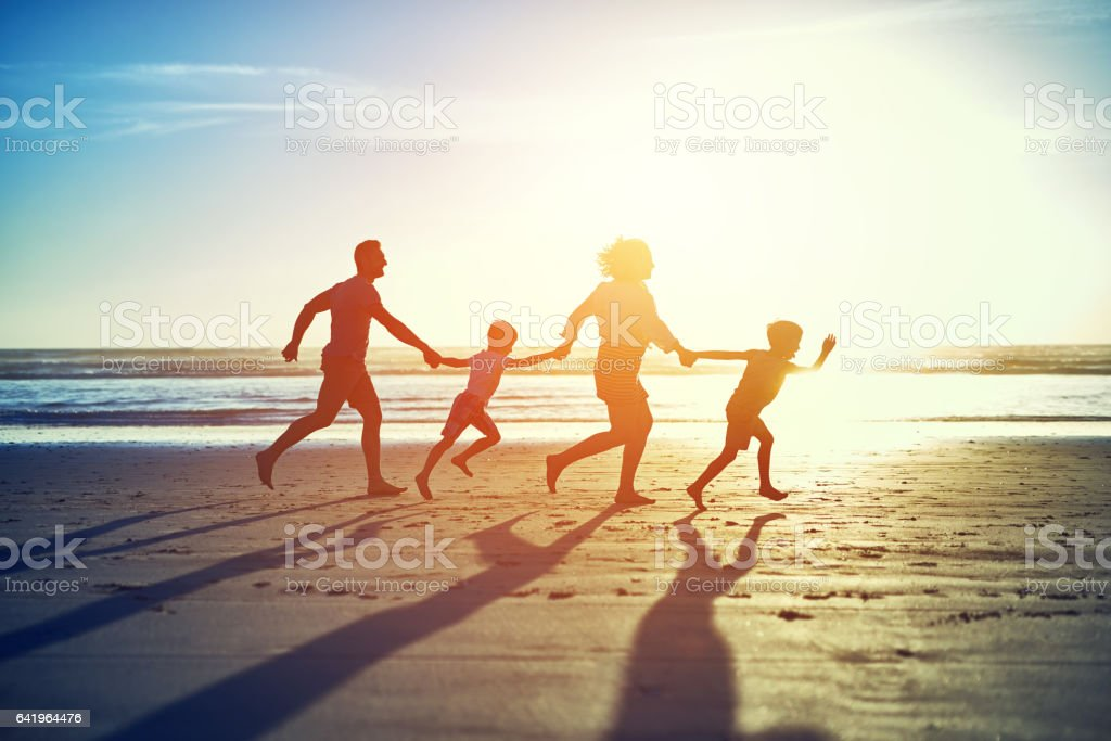Hand in hand across the sand - fotografia de stock