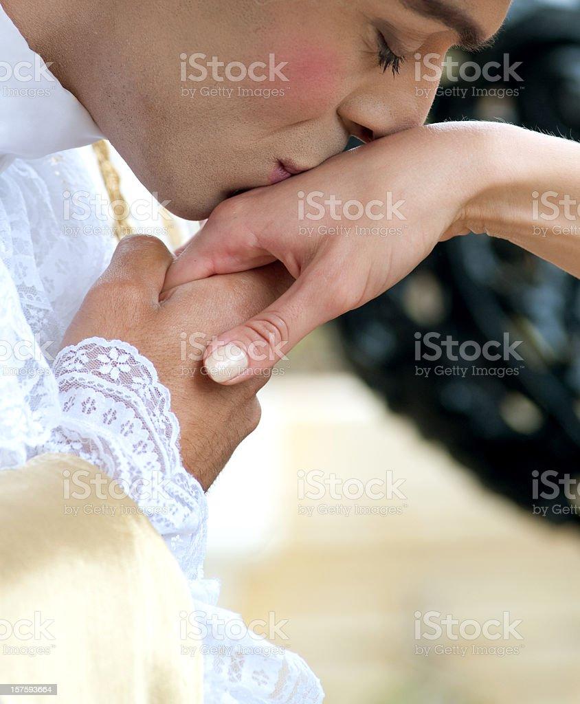 Besar la mano pareja de estilo barroco - foto de stock