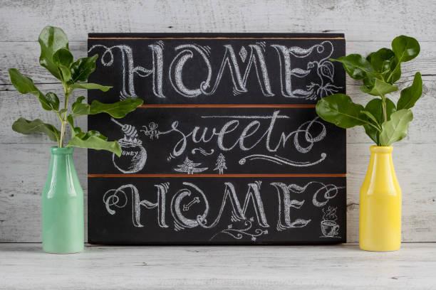 """hand schriftzug kalligraphie zeichen mit kreide gezeichnet. beschrifteten zitat """"home sweet home"""", als dekoration oder grußkarten zu verwenden - kreidetafel zitate stock-fotos und bilder"""