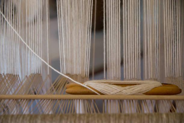 webstuhl im vordergrund anzeigen - teppich baumwolle stock-fotos und bilder