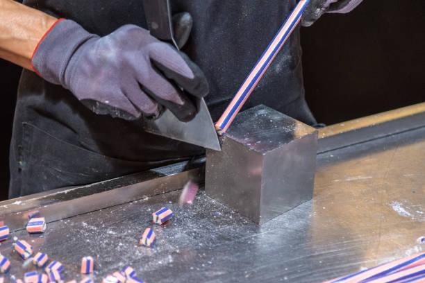 手工製作的糖果切割成更小的碎片圖像檔