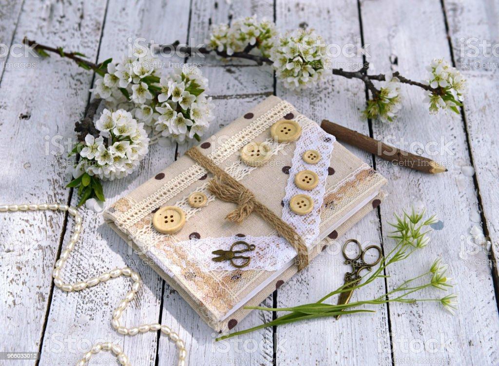 Handgjorda dagbok bok med Blommande plommonträd grenar på plankor - Royaltyfri Band Bildbanksbilder