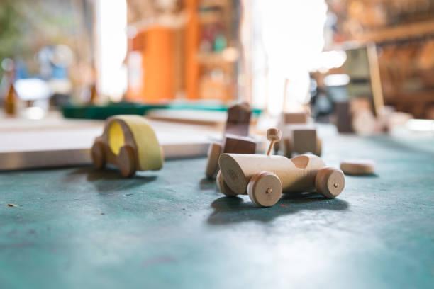 handgefertigte holz spielzeug - holzspielwaren stock-fotos und bilder