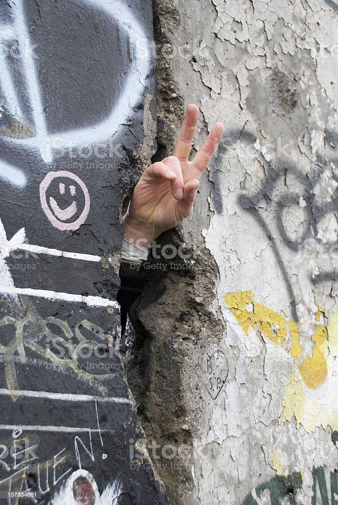 Hand, die Peace-Zeichen in der Berliner Mauer – Foto