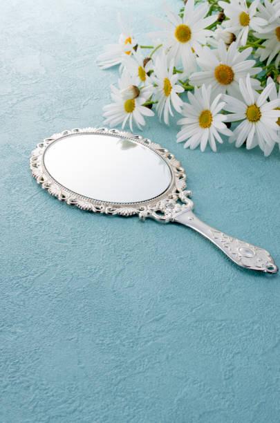 hand spiegel en het marguerite - handspiegel stockfoto's en -beelden