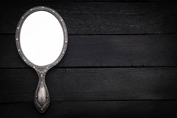 hand spiegel op donkere houten achtergrond - handspiegel stockfoto's en -beelden