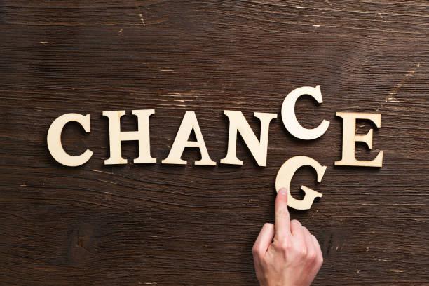 文字を移動する手、「変更」を「偶然」に変える - 機会 ストックフォトと画像