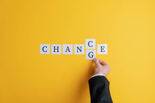 Hand eines Geschäftsmannes, der das Wort Chance in Change ändert – Foto