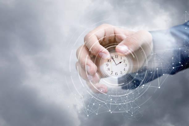 Hand eines Geschäftsmannes in den Himmel zeigt die Uhr. – Foto