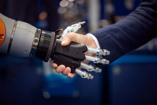 Hand eines Geschäftsmannes Händeschütteln mit einem Android Roboter. – Foto