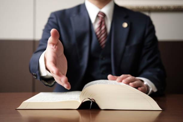 eine hand eines anwalts für handschütteln - einen gefallen tun stock-fotos und bilder