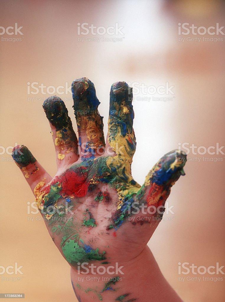 Mano de un niño pequeño con fingerpaints foto de stock libre de derechos