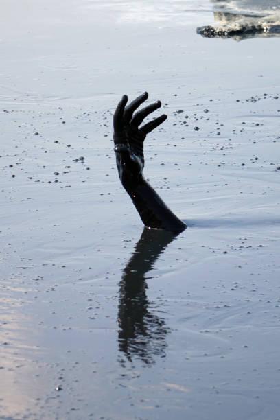Hand eines Mannes, der im Schlamm ertrinkt – Foto
