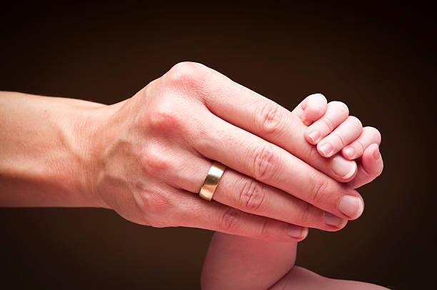 hand der mutter und ihr neugeborenes - ring anleitung stock-fotos und bilder