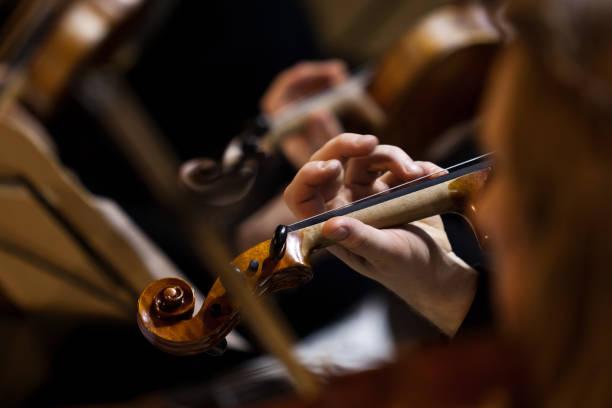 Hand eines Musikers, der Geige spielt – Foto