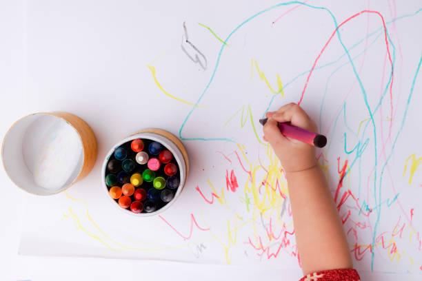 赤ちゃんの線を描画し、カラフルなクレヨンで図形の手。 ストックフォト