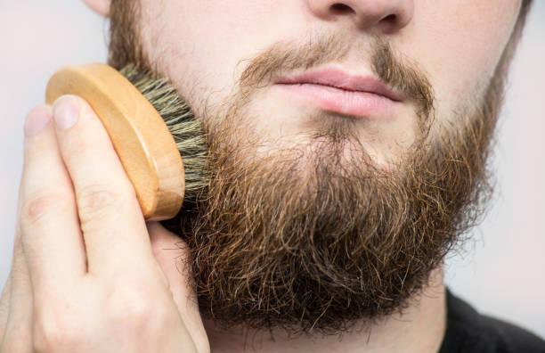 수염을 솔 질 하는 발사의 손입니다. 이발소 고객, 전면 보기입니다. 초보자를 위한 손질 팁 수염. - 턱수염 뉴스 사진 이미지