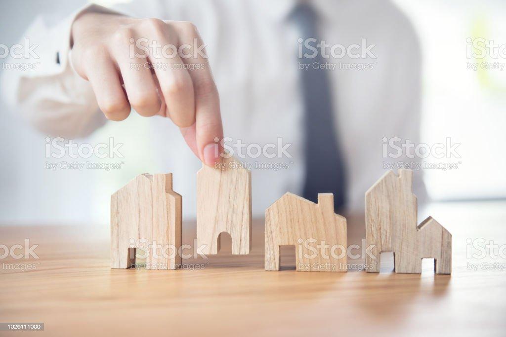 Hand der Geschäftsmann Wahl hausmodell, Planung kaufen Immobilien – Foto