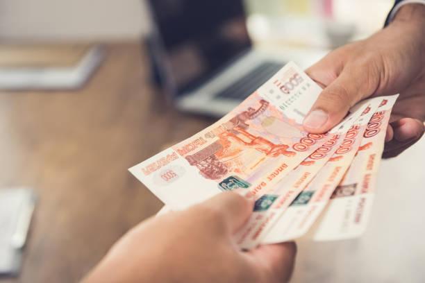 돈을 주고, 러시아 루블 (rub) 통화, 그의 파트너에 게 사업가의 손 - 러시아 루블 뉴스 사진 이미지