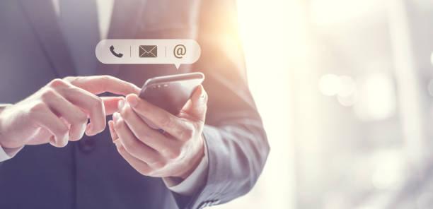 KONTAKT US, Hand of Businessman hält mobiles Smartphone mit (Mail, Telefon, E-Mail ) Symbol. Kundenbetreuungskonzept, Kopierplatz. – Foto