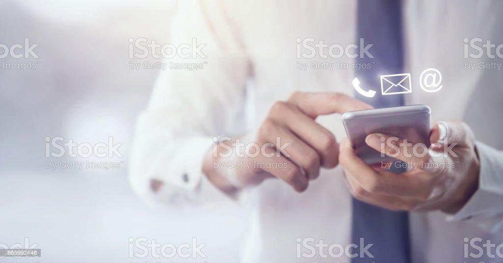 Kontaktieren SIE uns, Hand der Geschäftsmann hält mobile Smartphone mit (Post, Telefon, e-Mail) – Foto