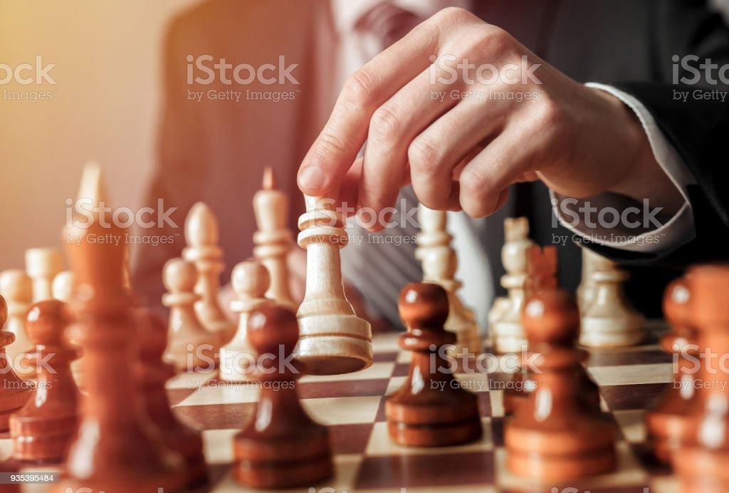 Hand der Geschäftsmann Schach spielen Schach Abbildung übergesiedelt. Strategie, Management und Leadership-Konzept. – Foto