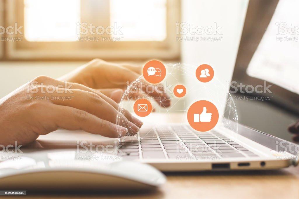 Hand der Geschäftsmann mit Laptop mit Symbol-social-Media und social Network. Online-marketing-Konzept – Foto