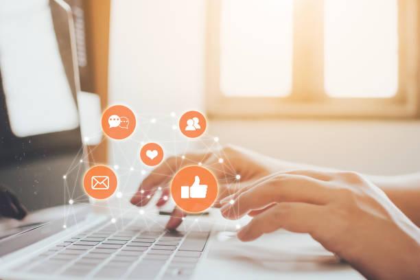 рука бизнесмена с помощью ноутбука с иконой социальных сетей и социальных сетей. концепция интернет-маркетинга - сообщение стоковые фото и изображения