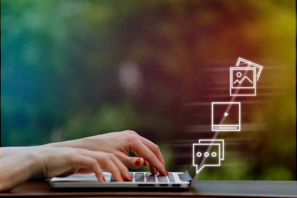 hand av affärskvinna med hjälp av laptop med icon sociala medier och sociala nätverk. marknadsföringskoncept online - nöjd bildbanksfoton och bilder