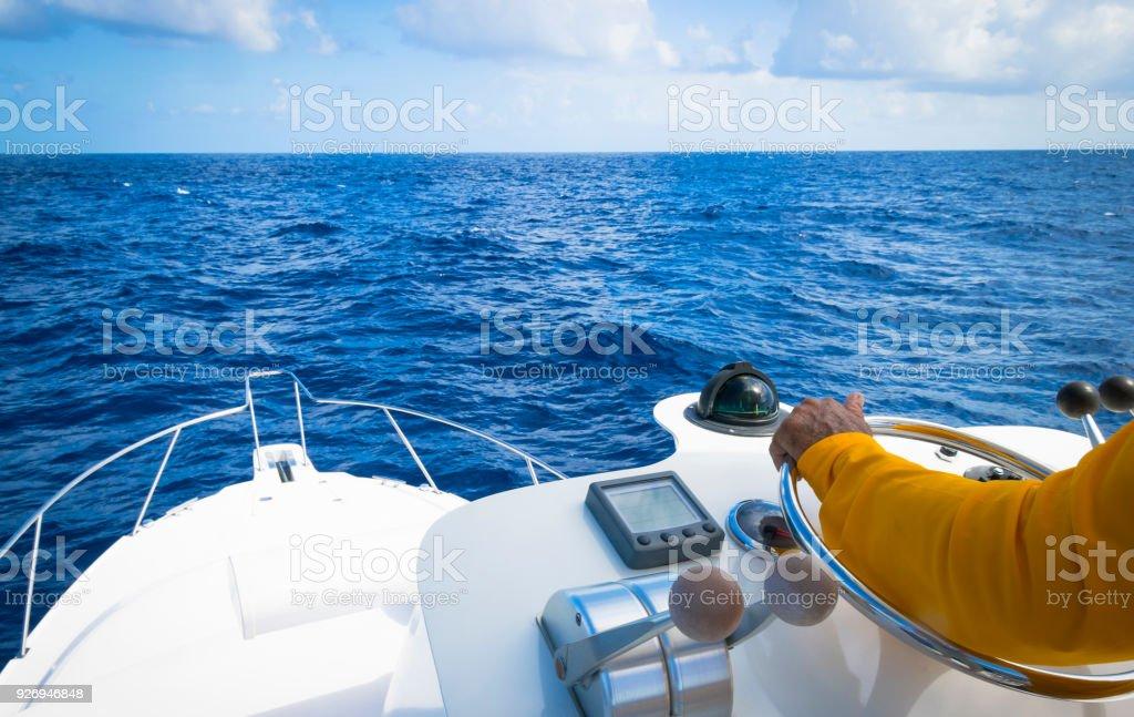 Hand des Kapitäns auf Lenkrad Motorbootes im blauen Ozean durch die Fischerei-Tag – Foto