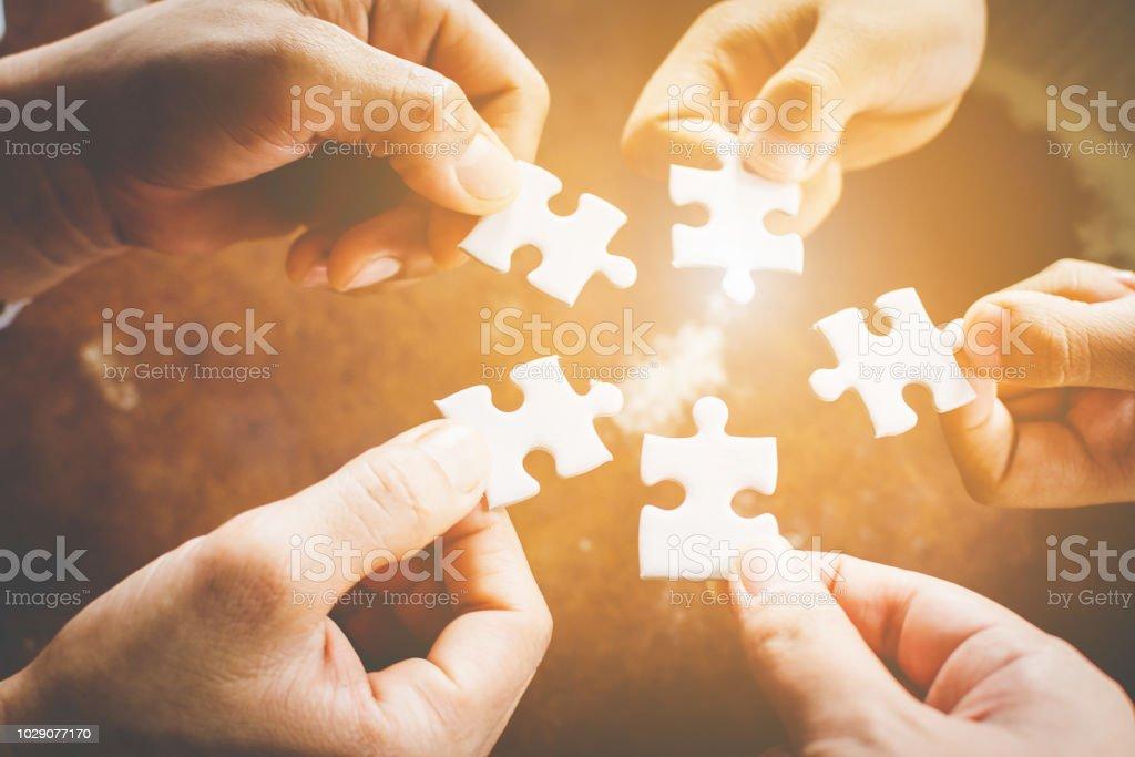 Hand der unterschiedlichsten Menschen verbinden Jigsaw Puzzle. Konzept der Partnerschaft und Zusammenarbeit im Unternehmen – Foto