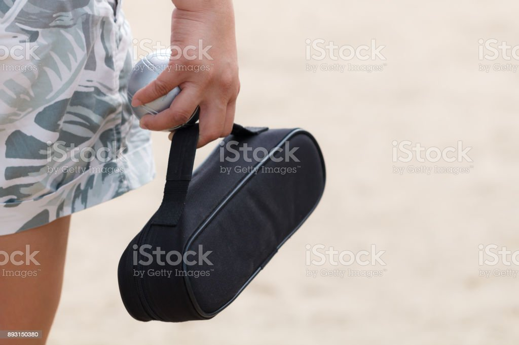Hand des weiblichen Boule mit Boule oder Petanue ball – Foto
