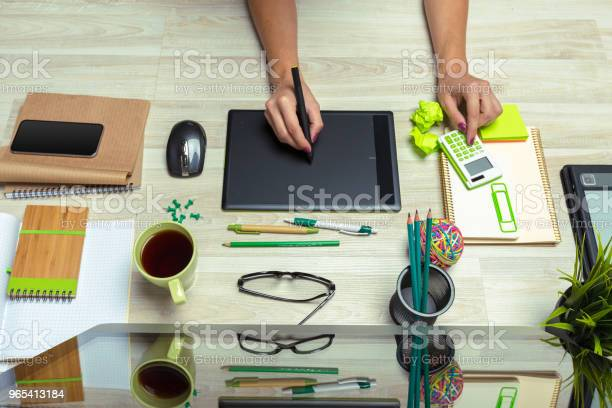 Ręka Grafika Pracującego Z Stilusem I Tabletem - zdjęcia stockowe i więcej obrazów Artysta