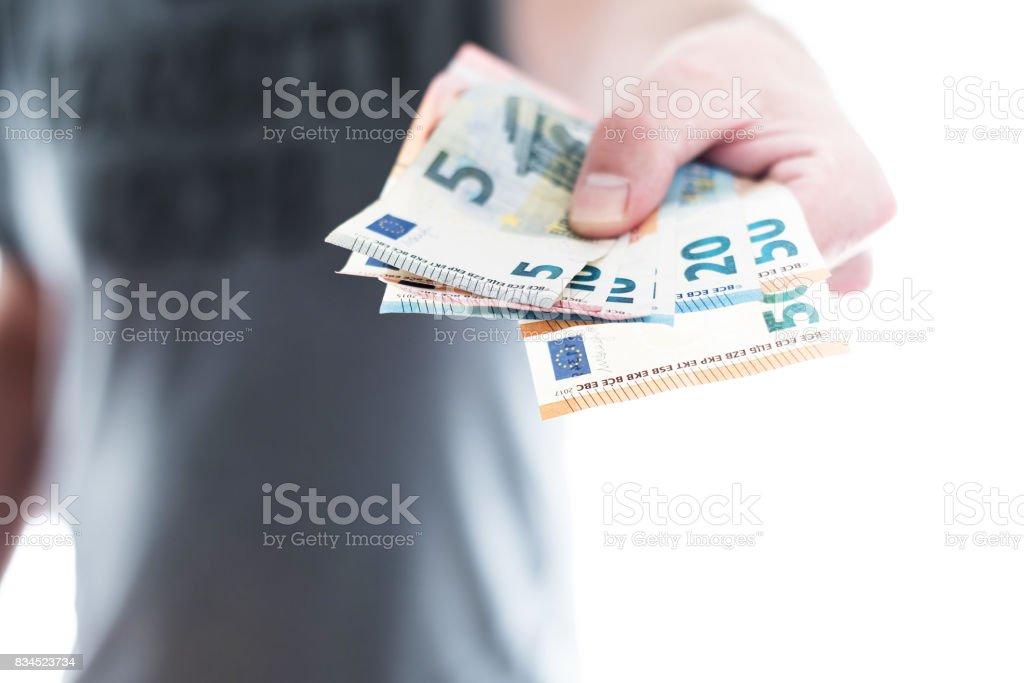 Hand des männlichen Person übergibt über ein paar verschiedene Euro-Scheine – Foto