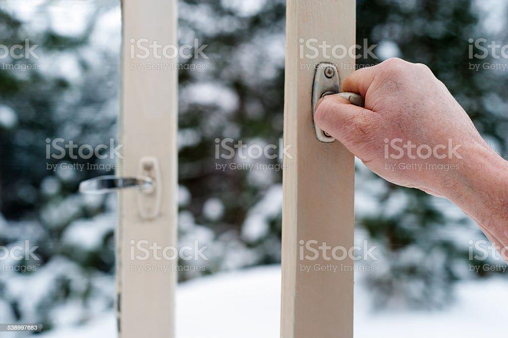 Mano de hombre abre ventanas de madera foto de stock libre de derechos