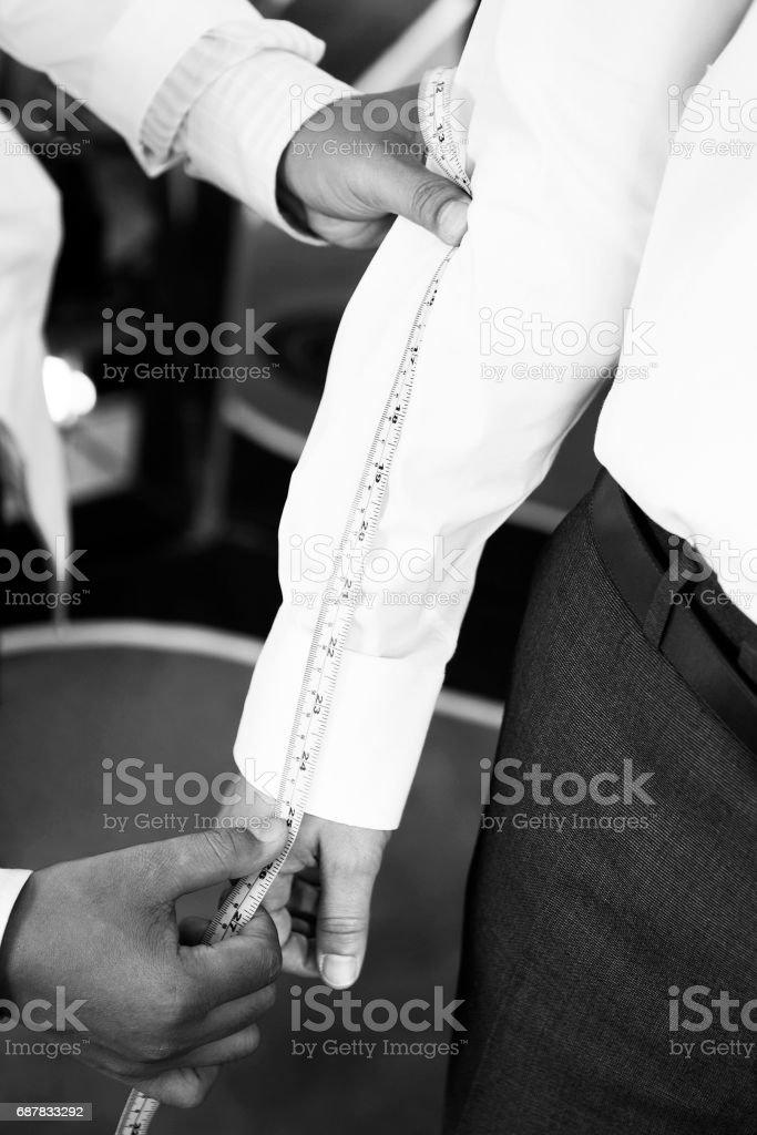 Hand des Menschen anpassen macht Arm-Messung für Kunden – Foto