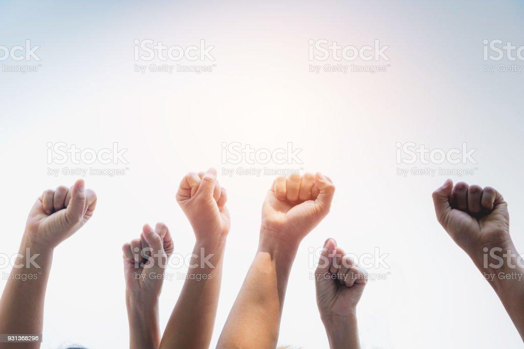 Hand des Menschen Arm hob zeigt macht stark mit Himmelshintergrund. – Foto