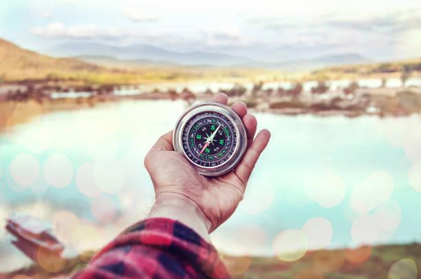 Hand der Person, die Kompass – Foto