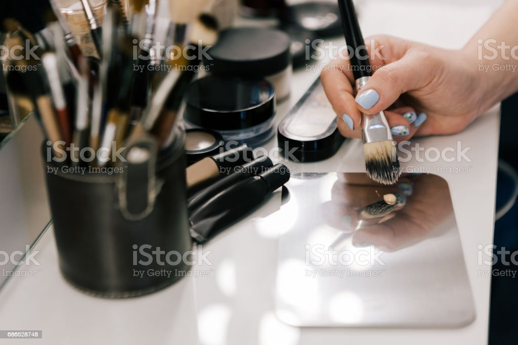 Hand of person with makeup brush royalty free stockfoto