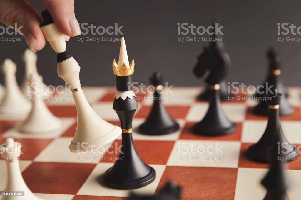 플레이어 체스 보드 게임 화이트 폰 퍼 팅의 손 - 로열티 프리 개념 스톡 사진
