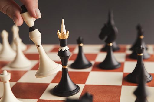 플레이어 체스 보드 게임 화이트 폰 퍼 팅의 손 개념에 대한 스톡 사진 및 기타 이미지