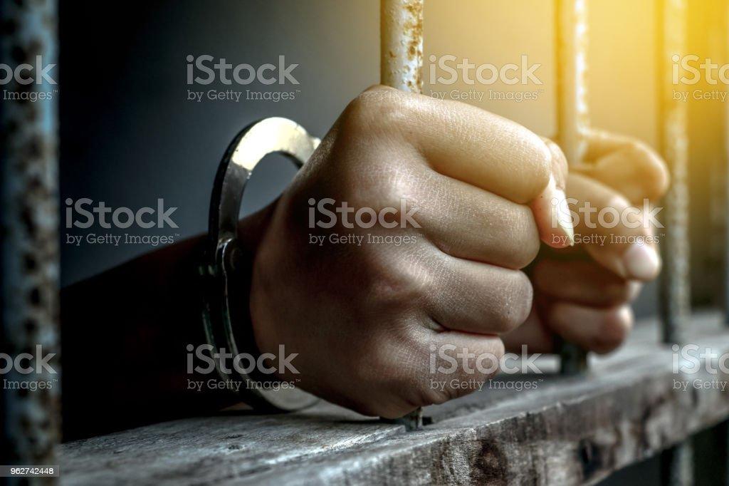 Hand des Gefangenen halten Metall Gefängnis – Foto