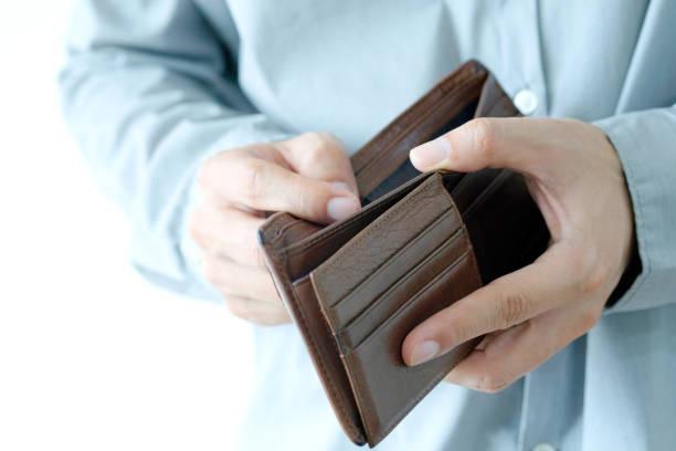 シニアオープンポケットの手、ビジネスウォレットでお金を持っていない、財務の概念と支出、 - 財布 ストックフォトと画像