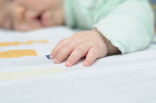 Schlafen Baby Hand Stockfoto und mehr Bilder von Alleinerzieherin