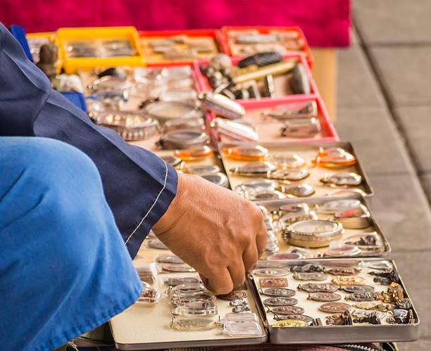 hand street vender verkauf von buddha und monk amulet, thailand - buddha figuren kaufen stock-fotos und bilder