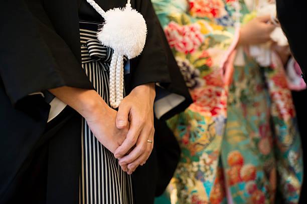 hände von braut und bräutigam - kimono stock-fotos und bilder